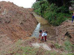 Puluhan Warga Desa Sukaraja Asahan Resah,PT Padasa  Putus akses Jalan Keluar Masuk Desa