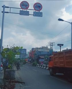 Ada Rambu Larangan, Truk Besar Tetap Melintas di Jalan Sudirman Tebingtinggi