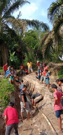 Warga Tanjung Maraja Buka Jalan Baru Penghubung Dua Kecamatan