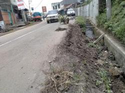 Beram Jalan yang Amblas di Saribudolok Ancam Keselamatan Pengendara