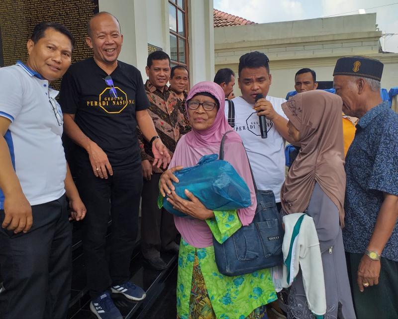 DPC Peradi Medan Berbagi Sembako kepada Warga Kurang Mampu