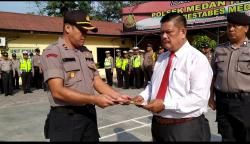 Kapolsek Beri Reward Kepada Personel Polsek Medan Helvetia Berprestasi