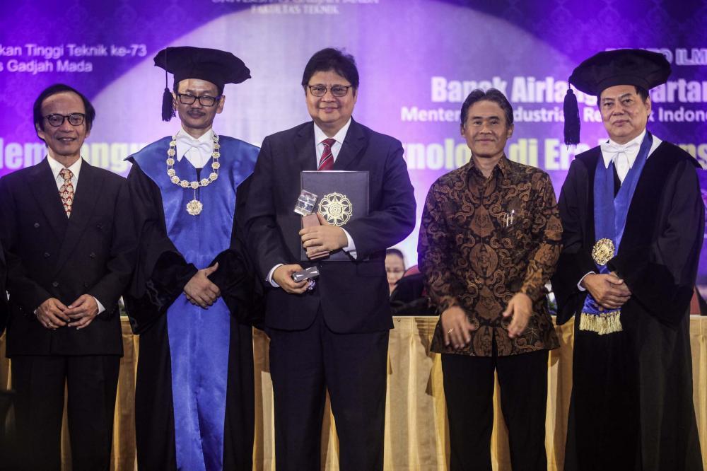 Menteri Airlangga Raih Herman Johannes Award di Bidang Industri 4.0