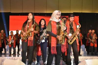 Kolaborasi Saksofonis Tri Fadhilah dan Fashion Show Diapresiasi Publik