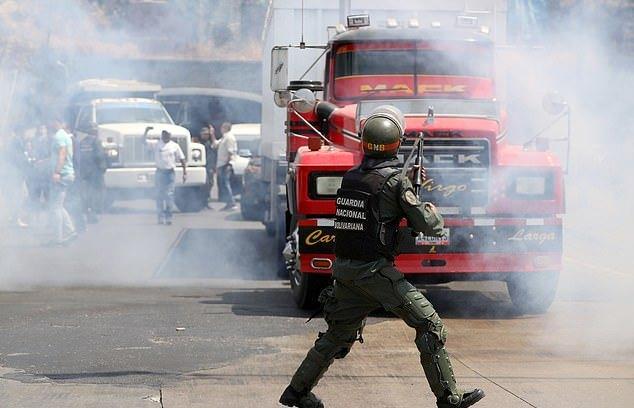 Maduro Terus Bertahan, Perintahkan Tutup Perbatasan dengan Brasil