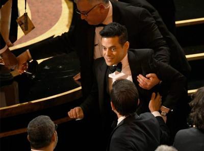 Rami Malek Dievakuasi Pasca Tersungkur di Panggung Oscar