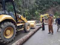 Evakuasi Material Longsor Jalinsum Sosopan, UPT Binamarga Gunung Tua Kerahkan Alat Berat