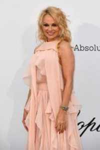 Nikah 12 Hari, Pamela Anderson Ceraikan Suami Pasca Bayar Utang Rp 2,7 Miliar