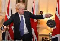 Rayakan Brexit, PM Inggris Teguk Anggur Merah Termahal