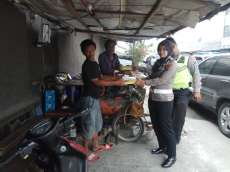 Jumat Barokah, Sat Lantas Polrestabes Medan Patroli dan Bagi-bagi Nasi Bungkus