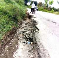 Berbahaya, Bahu Jalan Kabanjahe - Merek Menjadi Lubang dan Aliran Air