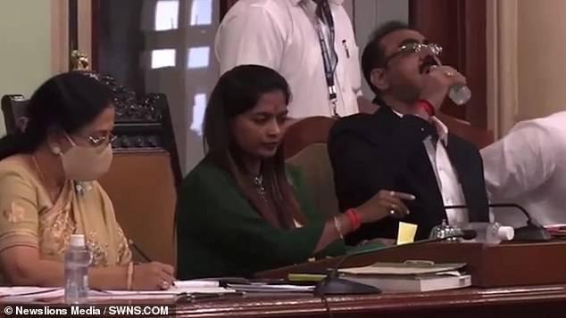 Pejabat India Tak Sengaja Minum Hand Sanitizer di Rapat Umum