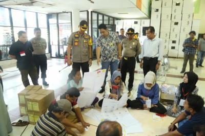 Pelipatan dan Penyortiran Surat Suara Pemilu 2019 Mulai Dilaksanakan KPU Medan