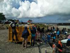 Komunitas Sileya Peduli Rutin Bersihkan Pantai Di Selayar