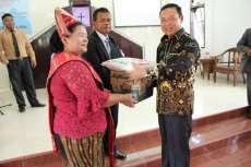 Dikunjungi Kapolres Sergai, Ketua Wanita GKPS Desa Pon Terharu