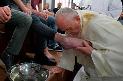 Paus Basuh Kaki 12 Narapidana di Penjara