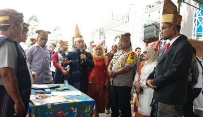 Penyelenggara Pemilu Berpakaian Adat Saat Pemungutan Suara di Simalungun