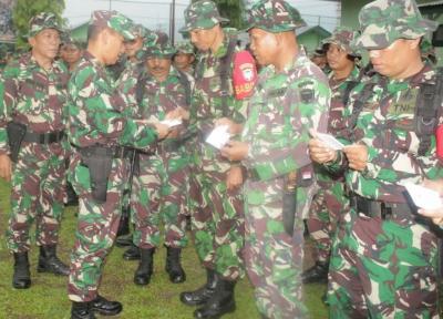 Dandim Agara Bagikan Buku Saku Netralitas TNI