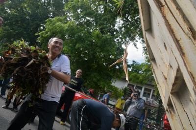 Gubernur Riau 'Jumat Bersih', Turun ke Jalan Bersihkan Sampah