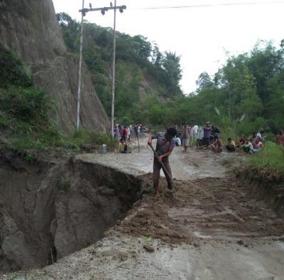 Akses Jalan Dihantam Longsor Desa Silou Huluan Simalungun Terisolir