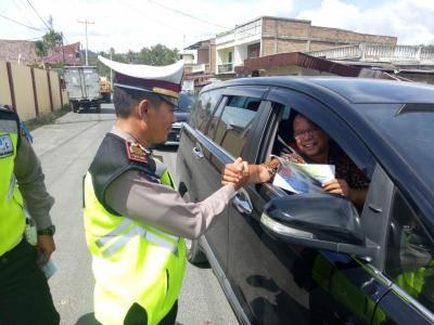 Sat Lantas Polres Samosir Bagikan Brosur Keselamatan Berlalulintas di Pangururan