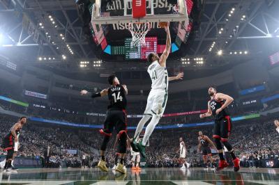 Bucks Gandakan Keunggulan  atas Raptors