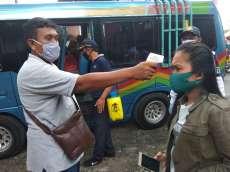Dishub Simalungun Cek Suhu Tubuh Penumpang Bus di Jalan Asahan