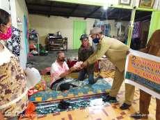 Kades Marihat Marsada Antarkan Langsung Dana BLT Ke Rumah Warga Berpenyakit Menahun