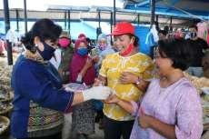 Wabup Karo Pantau dan Bagi Masker di Pasar Tiganderket