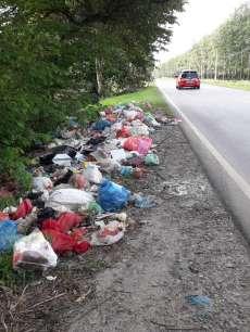 Sampah Berserakan di Bahu Jalan Pematangsiantar-Medan