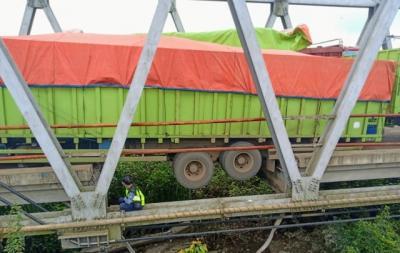 Jembatan Penghubung Sumsel-Lampung Putus Total, 2 Truk Terjebak