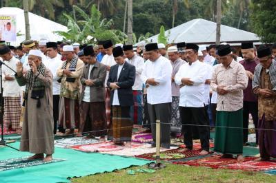 Seribuan Umat Islam Solat Ied Bersama Bupati Tapsel di Lapangan Pargarutan