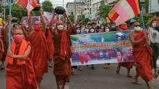 Puluhan Biksu Myanmar Turun ke Jalan Tentang Kudeta Militer